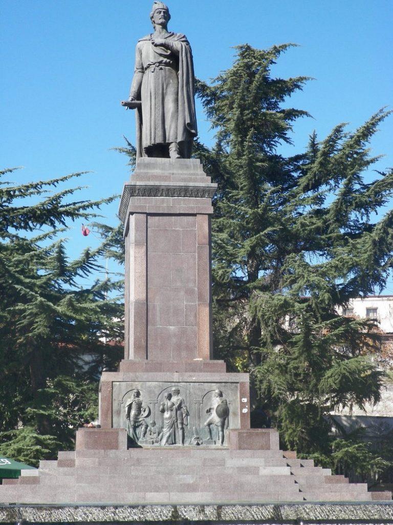صورة أقرب لتمثال روستافيلي في تبليسي